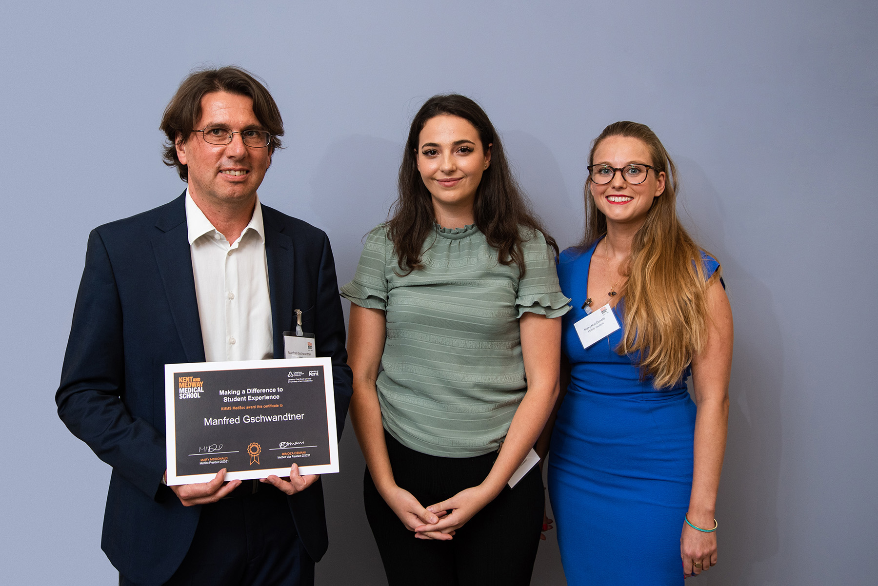 Manfred Gschwandtner is presented his award by Mimoza Osmani, Vice-President and Mary McDonald, President, MedSoc